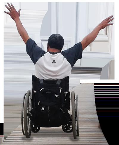 Turista en silla de ruedas feliz