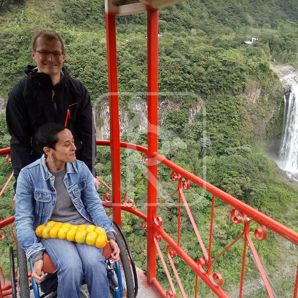 Persona con discapacidades visitando cascada