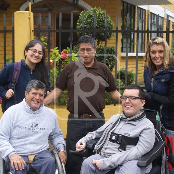 Foto paseo turístico con usuarios de silla de ruedas