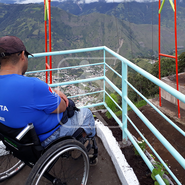 Persona con discapacidades en un mirador