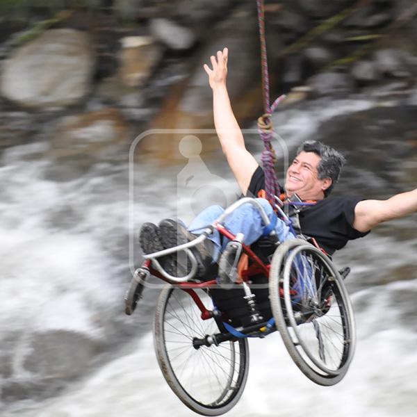 Persona con discapacidades haciendo puenting