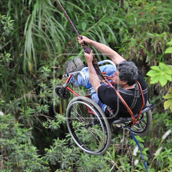 Persona con discapacidades en actividad de puenting