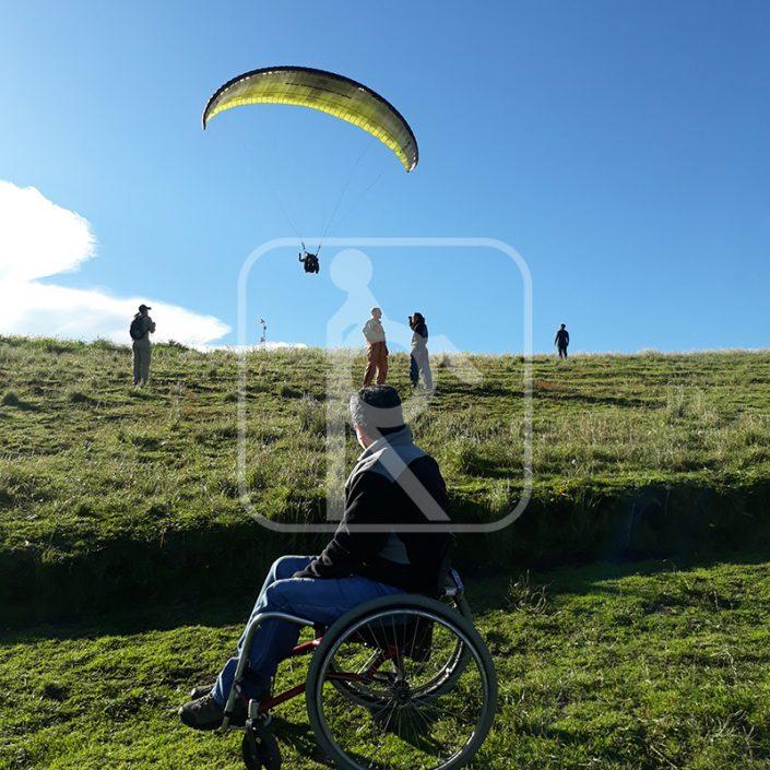 Persona con discapacidades practicando parapente