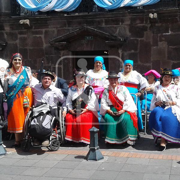 Fotografía de paseo turístico inclusivo, junto a varias personas de nacionalidades y pueblos indígenas del Ecuador.